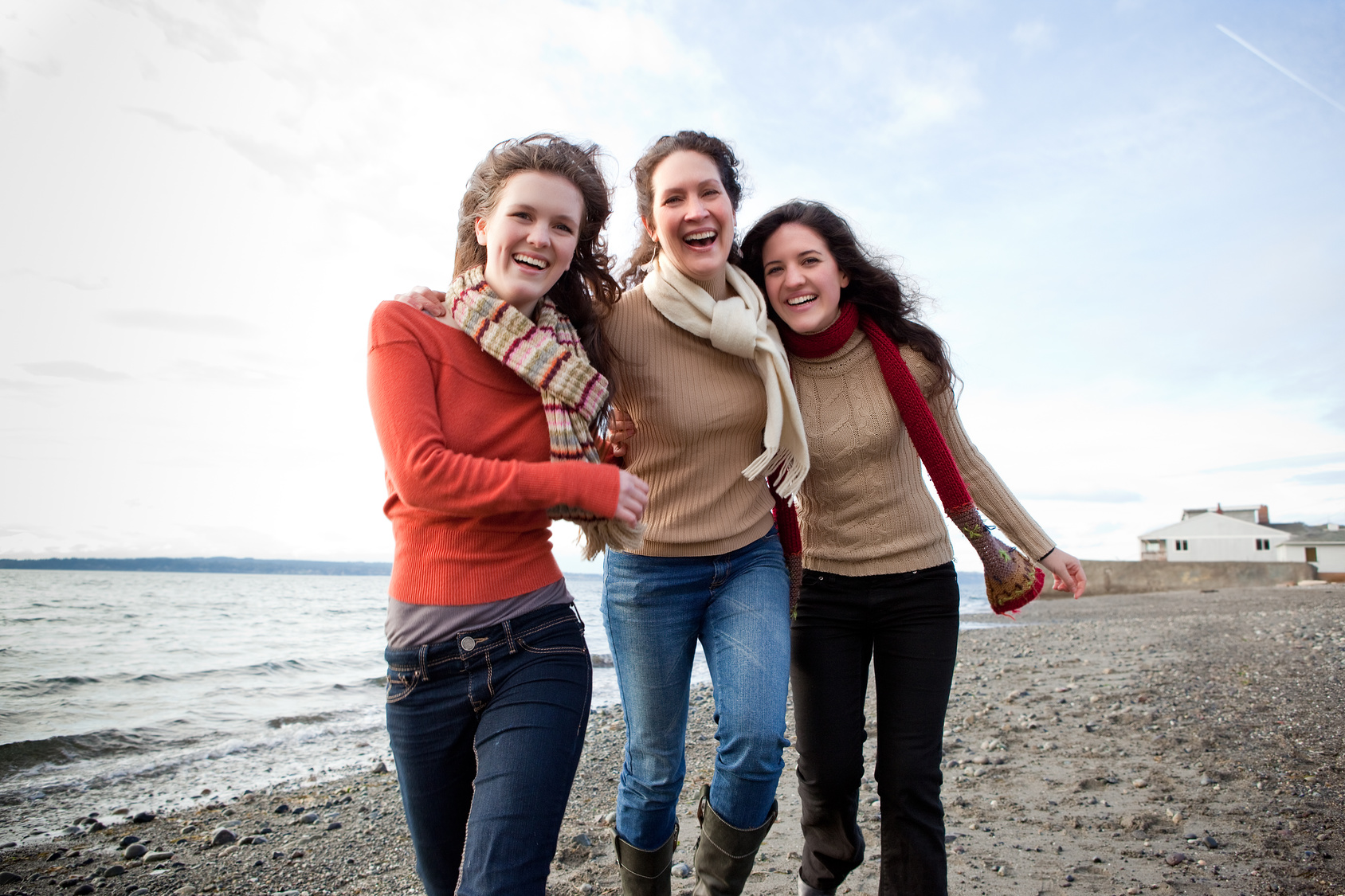 [Translate to German_CH:] Drei Frauen stehen am Strand